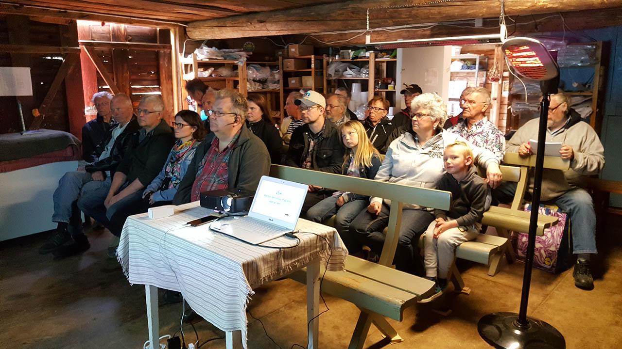 45-50 personer samlades för att lära mer om biodling hos Trogsta Honung utanför Hudiksvall.