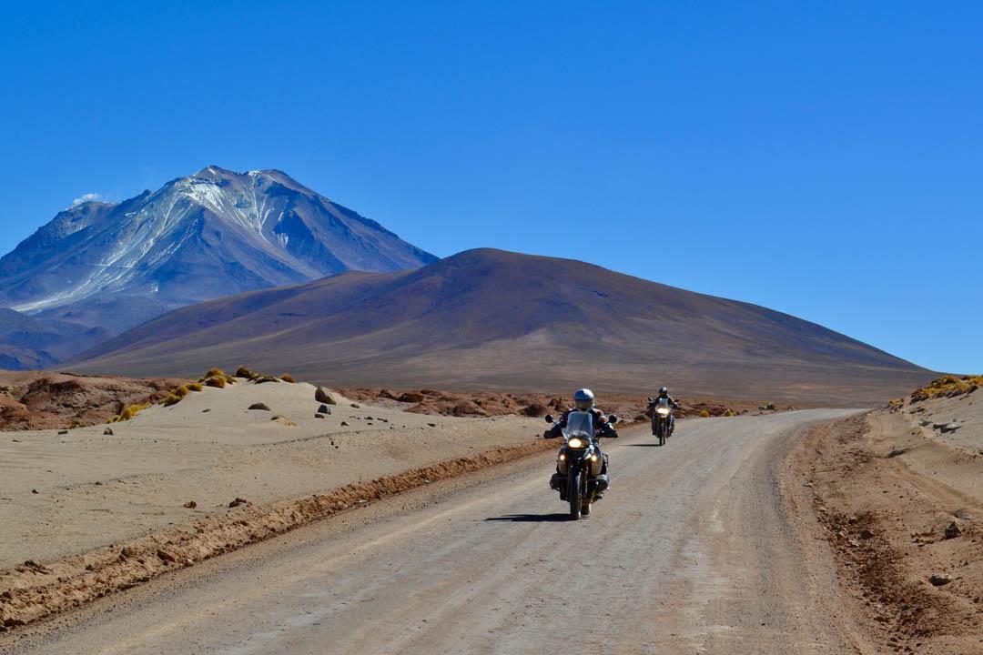 Två mc kör bredvid en vulkan i Chile