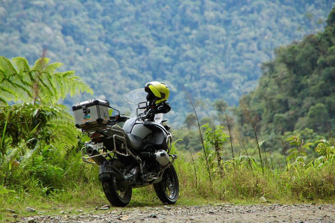 Mc i djungel med gul hjälm (Bolivia)